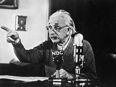 """اغلب شما آلبرت اینشتین را می شناسید. او کسی بود که تئوری نسبیت را به ما ارائه داد. عده زیادی از بزرگان علم او را به عنوان نابغه ای بی همتا و بزرگترین دانشمند جهان می خوانند. بسیاری از نظریات و تحقیقات اینشتین باعث ایجاد تغییرات اساسی در روند پیشرفت علم  در جهان شده و تاثیرات  پایداری به ارمغان داشت. خدمات او در راستای علم قابل ستایش است.  اما بر خلاف همیشه  اینبار قصد داریم از جنبه ای دیگر به اینشتین بنگریم. زندگی او! حقایق مخفی درباره زندگی باهوش ترین نابغه دنیا . او چگونه بود؟ در زندگی و برخورد بادیگران چطور بود؟ آیا می دانید که اینشتین با یک سر بزرگ به دنیا آمده! طوری که مادرش تصور می کرد وی ناقص است؟! و یا اینکه قبل از ازدواج فرزندی داشته؟        1-  اینشتین بدنی چاق و سری بزرگ داشت:  زمانی که مادر آلبرت، پائولین اینشتین (Pauline Einstein)، او را به دنیا آورد متوجه شد سر اینشتین بسیار بزر گ است و تصور می کرد که او ناقص به دنیا آمده. قسمت عقب سر بسیار بزرگ به نظر می رسید و خانواده وی بلافاصله متوجه این چیز عجیب و غیر طبیعی شدند. در هر صورت پزشک آنها را آرام نمود.  هنگامی که مادر بزرگ آلبرت برای اولین بار او را دید مرتباً زیر لب تکرار می کرد: """"خیلی چاق است، خیلی چاق است"""".         تصویر: اولین تصویر شناخته شده از آلبرت اینشتین. اعتبار تصویر: آرشیو آلبرت اینشتین، دانشگاه یهودی Jerusalem، اسرائیل.          2- اینشتین در دوران کودکی در تکلم خود دچار مشکل بود:  اینشتین در دوران کودکی به ندرت سخن می گفت و زمانی هم که  حرف می زد بسیار با آهستگی صحبت می کرد. در عوض تمام جملات را در سرش بیان می نمود و یا قبل از اینکه بلند بیان کند از صحیح بودن آنها اطینان حاصل می کرد و یا چند بار به صورت زیر زبانی آنرا تکرار می کرد.  [ تصویر: عکس مشهور آلبرت اینشتین در 1951، توسط آرتور ساس]  تصویر: عکس مشهور آلبرت اینشتین در 1951، توسط آرتور ساس  بر طبق گزارشات اینشتین تا 9 سالگی به همین منوال رفتار می کرد. والدینش از اینکه فرزندشان عقب افتاده باشد نگران بودند که البته این نگرانی کاملا بی اساس بود.  یک تاریخ نویس علوم به نام Otto Neugebauer چنین بیان می کند:  """" در آن زمان که بسیار دیر زبان به سخن باز کرده بود و به ندرت حرف می زد یک شب موقع شام سکوت را شکست و گفت: """"این سوپ خیلی داغ است"""".   """