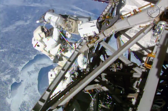 spacewalk-space-station-astronauts02