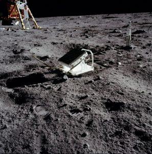 آیینه هایی در ماه قرار دارد که با لیزر می توان بر روی آن ها تاباند